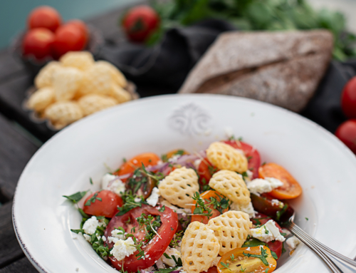 Tomatensalat mit Feta, Pommels & Kräuterdressing