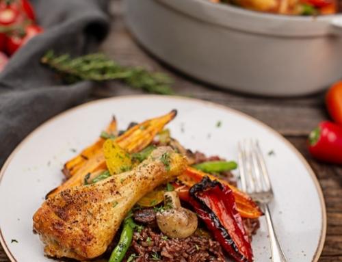 Rote Reispfanne mit Erntegemüse und Huhn