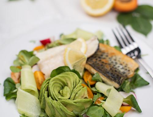 Knuspriges Fischfilet auf Salatbett mit Marillendressing
