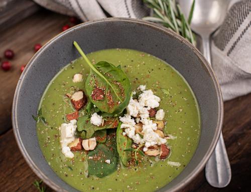 Cremiger Suppengenuss – Grüne Gemüsesuppe mit Feta & Nüssen