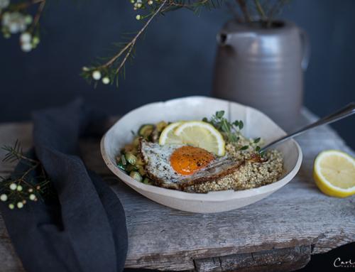 Grüne Frühstücksbowl mit Quinoa