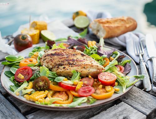 Hühnerfilets vom Grill mit Honig Knoblauch Marinade, gegrilltem Mais & Salat