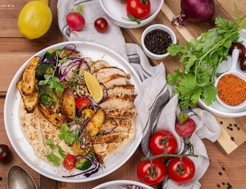Hummus mit Gemüse & gebratenen Hühnerfilet
