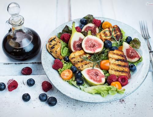 Gegrillter Halloumi auf buntem Salat