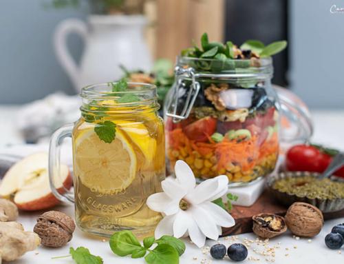 Bunter Salat im Glas zum Mitnehmen mit Grünteedressing